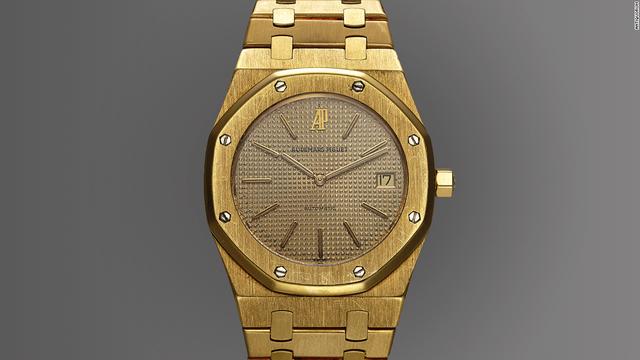Đồng hồ Audemars Piguet Royal Oak - là chiếc đồng hồ không có những đặc điểm thông thường của một món đồ sang trọng, được ra mắt năm 1972 và trở thành chiếc đồng hồ sang trọng bằng thép không gỉ đầu tiên của thế giới với dây đeo đồng nhất không có mối hàn với mặt đồng hồ hình bát giác nổi bật. Đặc biệt, chiếc đồng hồ thép được trang trí với những chi tiết thường chỉ dùng cho vàng và bạch kim. Royal Oak đánh dấu bước phát triển của đồng hồ làm bằng thép không gỉ.