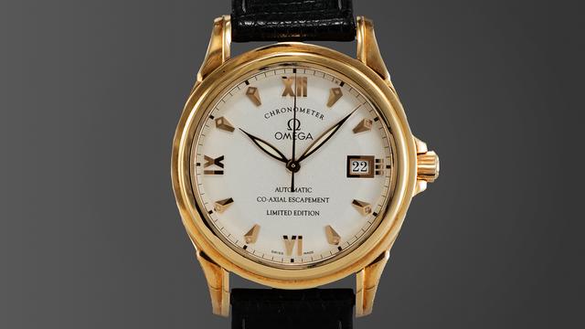 Hãy tưởng tượng rằng tất cả ô tô đều sử dụng chung một loại động cơ được tạo ra tại Anh vào những năm 1750. Các loại đồng hồ hiện nay cũng tương tự như vậy. Mọi loại đồng hồ đều có một thiết bị với nhiệm vụ lưu trữ thời gian được gọi là cái hồi. Hầu hết các loại đồng hồ cơ khí đều dùng chung một loại hồi là đòn bẩy. Thế nhưng Omega lại là một ngoại lệ khi sử dụng cơ chế đàn hồi đồng trục để hoạt động. Người thợ làm đồng hồ nổi tiếng người Anh Dr. George Daniels đã phát minh ra chiếc đồng hồ với phát minh đột phá này năm 1999.