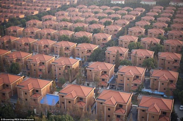 Khi chuyển tới Hoa Tây, các dân cư sẽ sống trong những ngôi biệt thự như thế này.