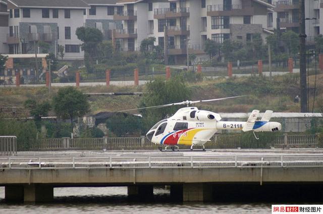 Bạn sẽ khó tìm được taxi ở Hoa Tây, phương tiện di chuyển phổ biến ở ngôi làng này là máy bay trực thăng.