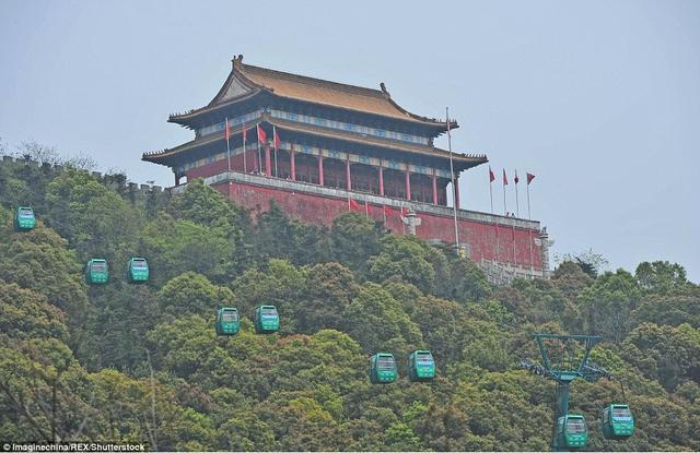 Thiên An Môn, biểu tượng của Bắc Kinh cũng xuất hiện tại đây.