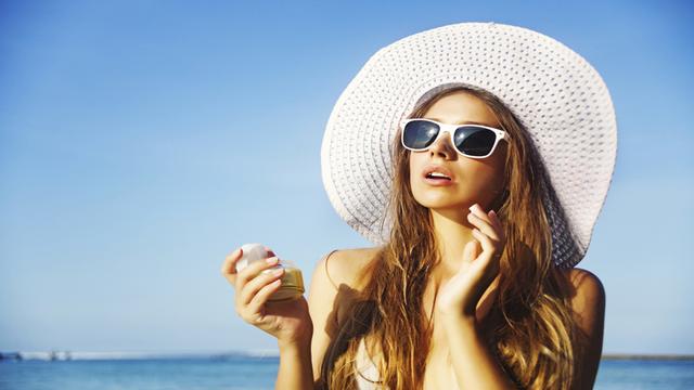 Không dùng kem chống nắng là một tác nhân khiến da lão hóa sớm.