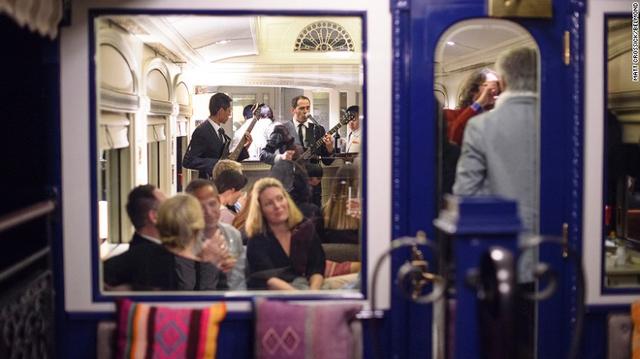 Trên tàu, một khoảng được thiết kế thành không gian để hành khách có thể thưởng thức đồ uống, nghe nhạc...