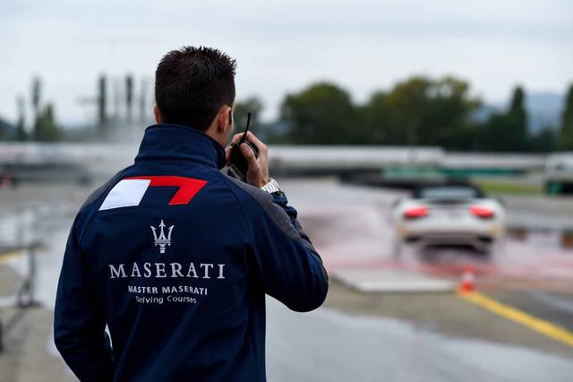 Hướng dẫn viên sẽ hỗ trợ để khách hàng nắm chắc các kỹ năng lái siêu xe thể thao một cách chuyên nghiệp.