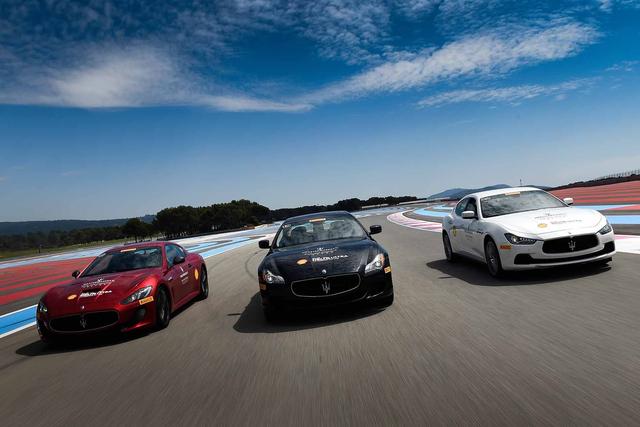 Khách hàng được trải nghiệm lái xe trên đường đua thực sự với hướng dẫn chu đáo.