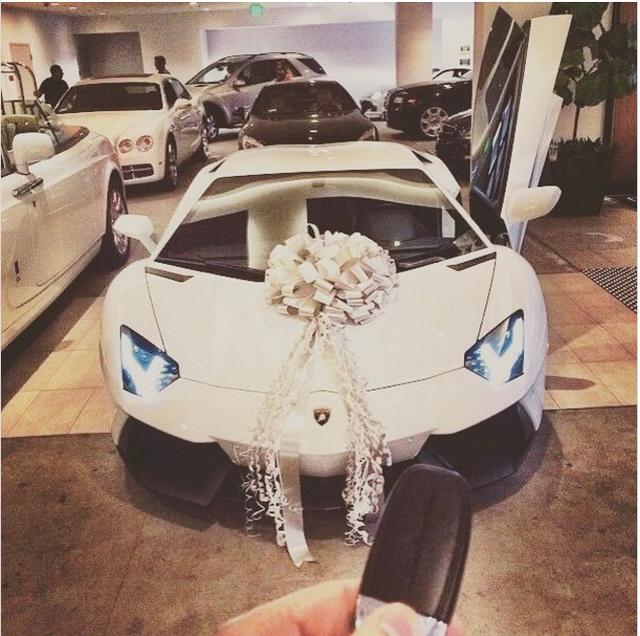Chủ nhân một tài khoản Instagram của Hội con nhà giàu Thụy Sĩ khoe món quà xa xỉ với tiêu đề bức ảnh: Cảm ơn cha!.