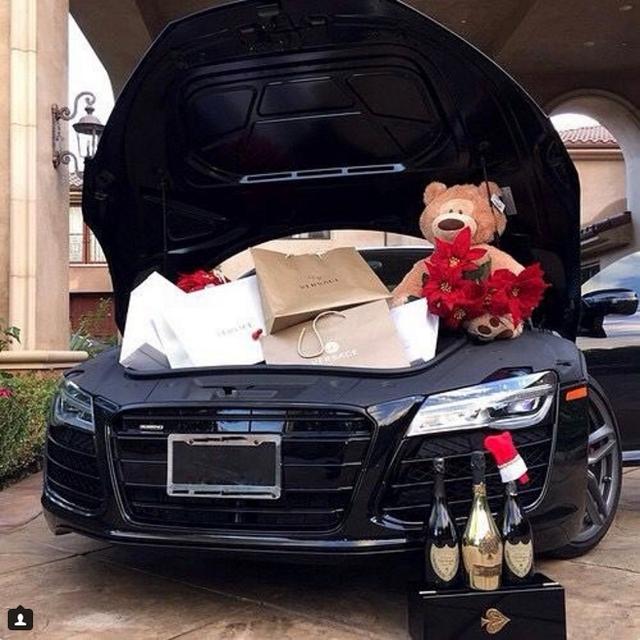 Thật tiện lợi khi có siêu xe để đi mua sắm...