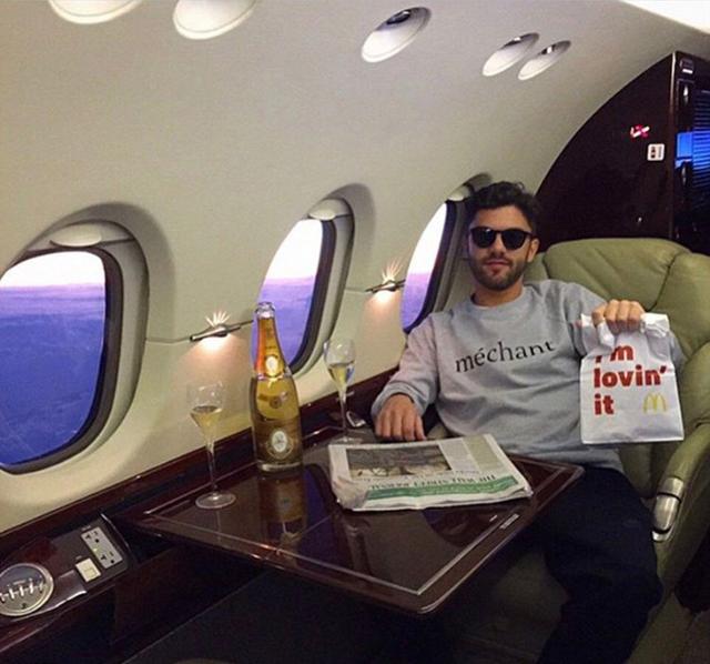 Đi du lịch bằng máy bay riêng, nghĩa là bạn có thể thưởng thức Mc Donald với sâm panh tùy sở thích.