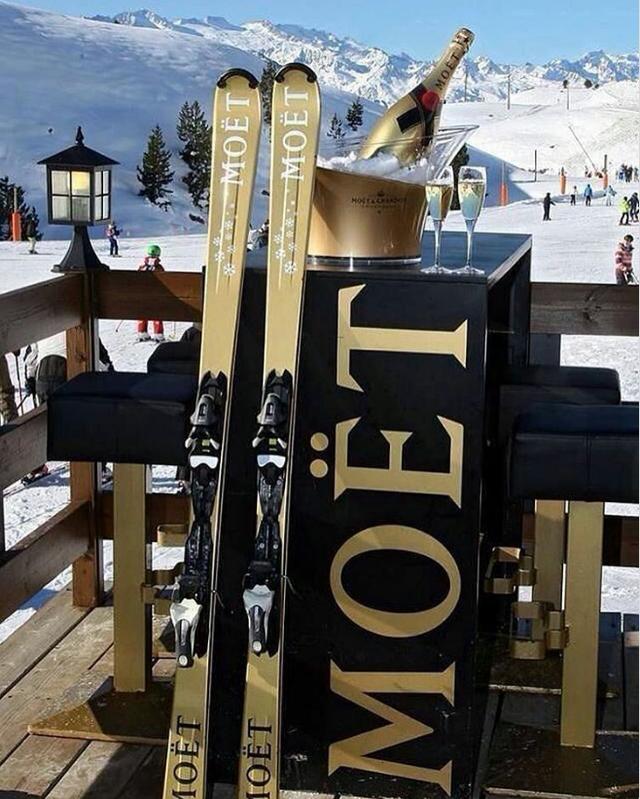 Thưởng thức những ly sâm panh Moët thượng hạng ở khu trượt tuyết.