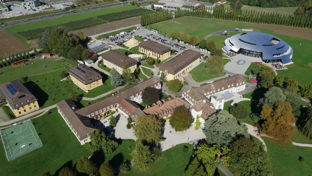 Đây là toàn bộ khuôn viên chính của trường học đắt đỏ nhất thế giới Institut Le Rosey. Tọa lạc trên một mảnh đất rộng 28ha ở Rolle, thuộc địa phận giữa Geneva và Lausanne, Thụy Sĩ.
