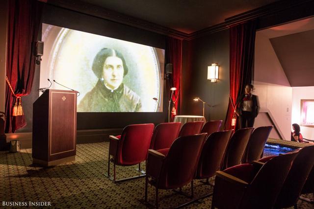 Tại căn phòng đầu tiên, khách thăm quan được xem một đoạn phim kể lại lịch sử của hãng từ khi được thành lập năm 1839 bởi Antoni Patek và Adrien Philippe.