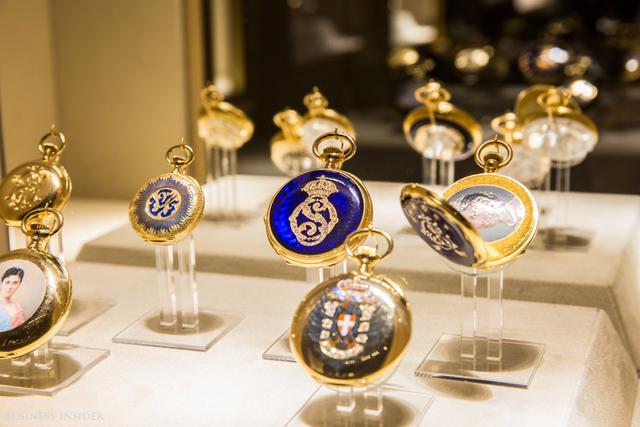 Một số mẫu đồng hồ từng thuộc sở hữu của những nhân vật nổi tiếng trong lịch sử, ví dụ như chiếc đồng hồ bỏ túi của Nữ hoàng Victoria ở góc dưới bên trái.