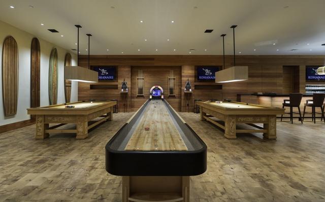 Những dãy bàn dài chơi poker dành cho các thành viên. Tại đây, họ sẽ hút xì gà giống phong cách trong phim James Bond.