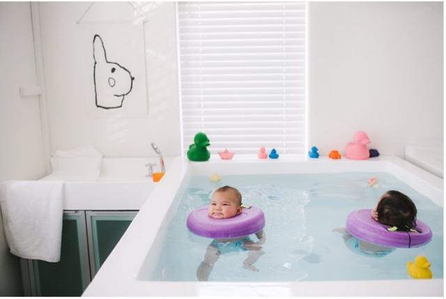 Liệu pháp thủy sinh giúp bé làm quen với môi trường nước và sẽ không bỡ ngỡ khi học bơi sau này.
