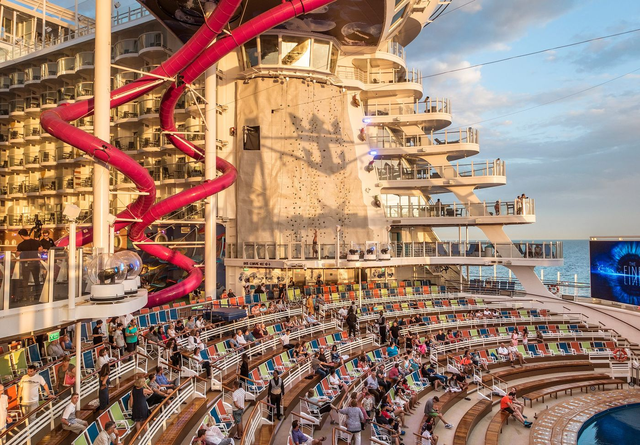 Du khách có thể thưởng thức âm nhạc, các tiết mục biểu diễn xiếc, nhào lộn ngoài trời đầy hấp dẫn.
