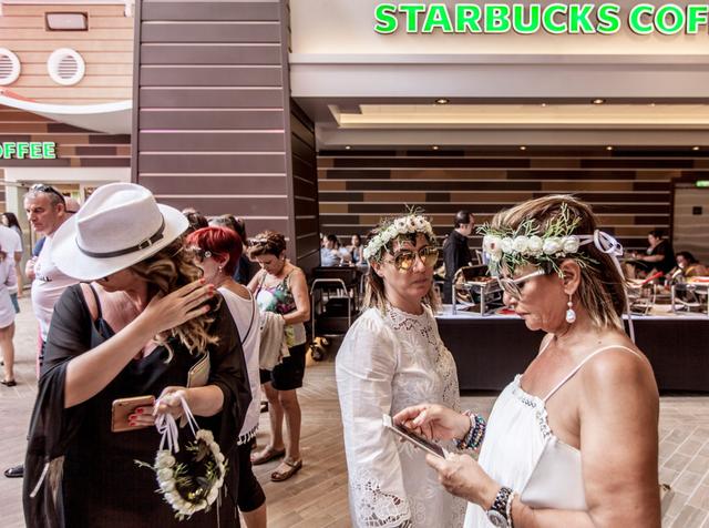 Hoặc thong thả thưởng thức một ly cà phê trong quán Starbucks ngay tại tàu.