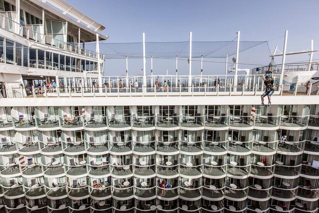 Con tàu Harmony of The Seas có 2.747 phòng. Phần lớn các phòng có cửa sổ hướng ra phía biển để khách có thể ngắm cảnh. Nhưng vị khách ở phòng không có cửa sổ, có thể quan sát khung cảnh bên ngoài qua màn hình tivi.