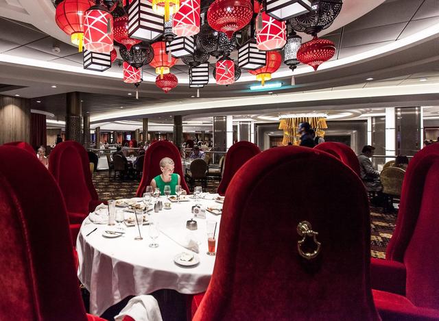 Các thực khách có thể thưởng thức bữa tối tại nhà hàng trải rộng 3 tầng. Các nhân viên pha chế robot phục vụ các vị khách những ly cocktail được pha chế theo công thức đặc biệt.