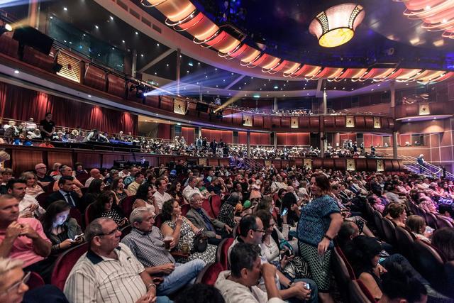 Thậm chí, người ta xây dựng một nhà hát trên tàu với sức chứa lên tới 1.380 người.