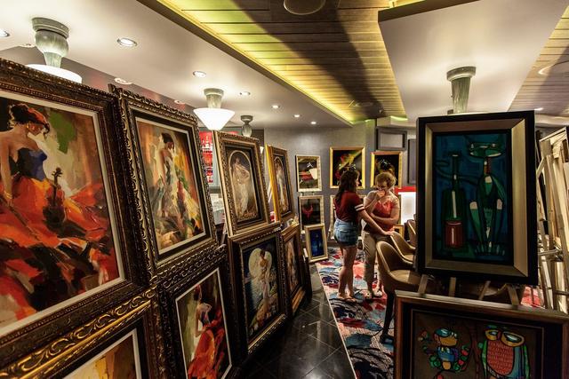 Những vị khách yêu nghệ thuật có thể thưởng thức các bức tranh tuyệt đẹp tại khu triển lãm. Thậm chí, người ta còn tổ chức bán đấu giá các tác phẩm nghệ thuật ngay trên tàu.