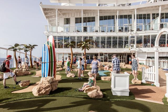 Sân cỏ ngay trên boong tàu phục vụ những vị khách yêu thích bộ môn golf.