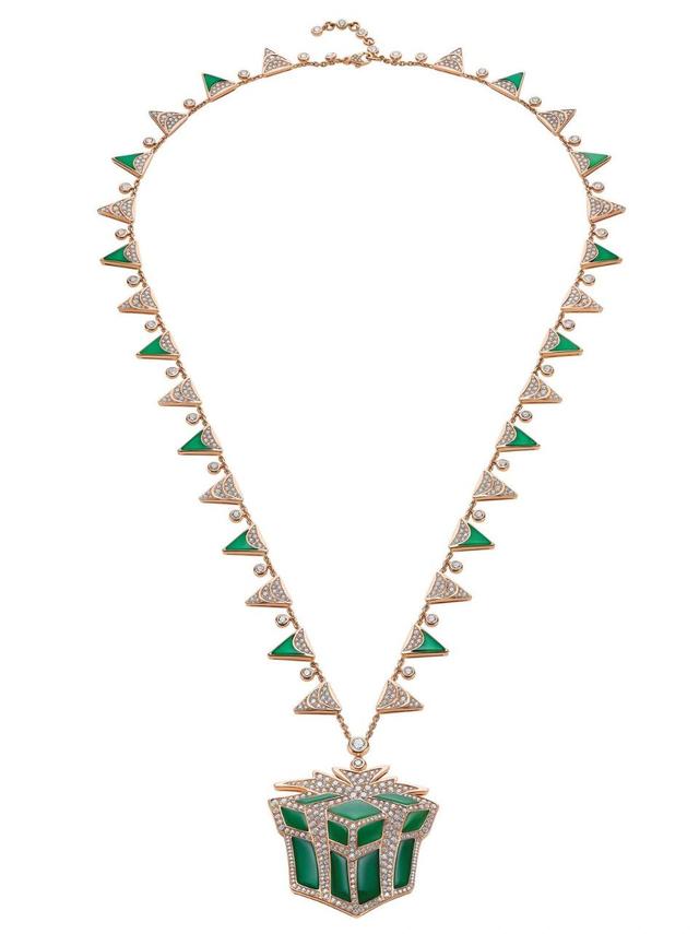 Chiếc dây chuyền với mặt hình một hộp quà được làm vàng 18k, đá chalcedony xanh lục và 38 viên kim cương.