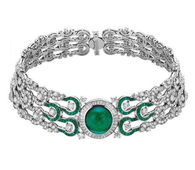 Vòng tay được trang trí với 47 viên kim cương tròn, 36 viên kim cương hình khối và đá lục bảo.