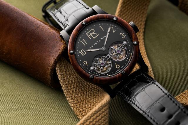 Chiếc đồng hồ RL Automotive Double Tourbillon nằm trong bộ sưu tập mới nhất của thương hiệu Ralph Lauren có giá 99.000USD. Mặt đồng hồ được chế tạo từ thép không gỉ và gỗ quý. Thiết kế của chiếc đồng hồ gợi nhớ đến đam mê của ông chủ Ralph Lauren dành cho chiếc xe cổ điển Bugatti Type 57SC Atlantic trong bộ sưu tập siêu xe của ông.