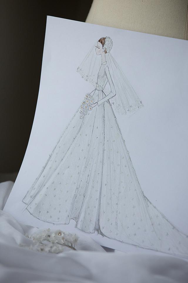 Chú rể là tỷ phú công nghệ trẻ tuổi, cô dâu là siêu mẫu đình đám, trang phục cưới của họ được chuẩn bị kỹ lưỡng từ khâu thiết kế.