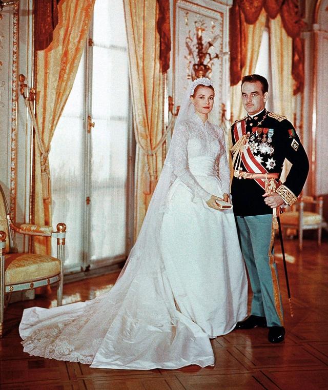 Chiếc váy được thiết kế dựa trên cảm hứng từ trang phục mà Công nương Grace Kelly từng mặc trong lễ kết hôn với Hoàng tử Rainier Đệ tam xứ Monaco. Bộ váy cưới của Grace Kelly, từng lọt vào danh sách 15 bộ váy cưới đẹp nhất mọi thời đại, được thiết kế bằng vải ren với những đường nét mềm mại, tôn lên vóc dáng của cô dâu.