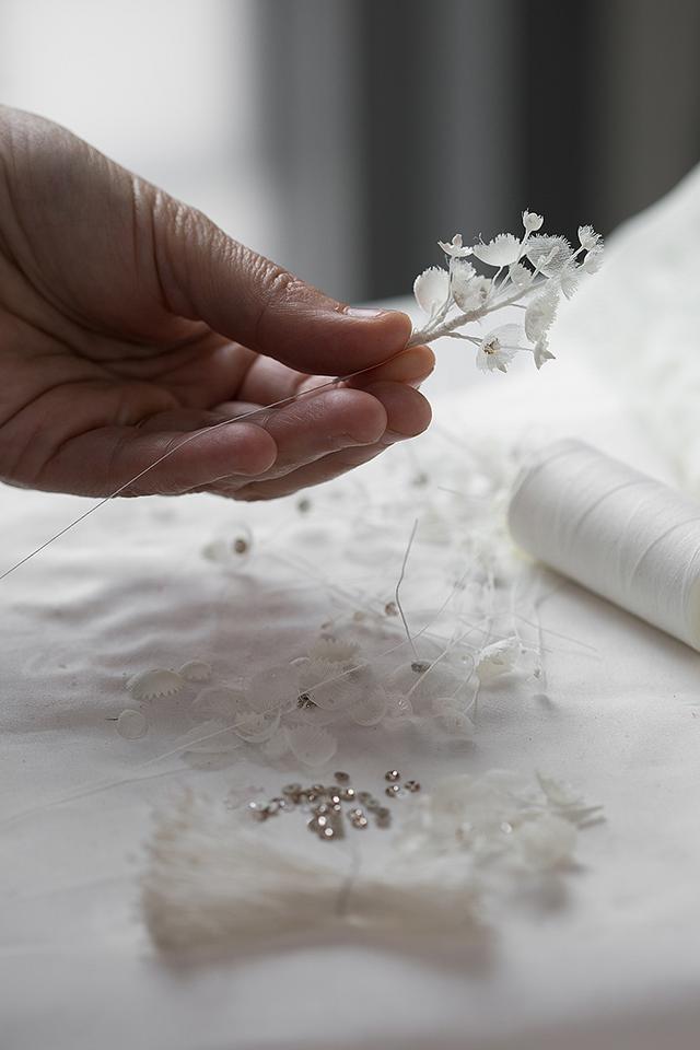 Những bông lan trắng muốt được làm hoàn toàn bằng thủ công bởi những nghệ nhân thạo nghề nhất tại xưởng của Dior. Đó là biểu tượng cho sự thuần khiết, lòng thủy chung.