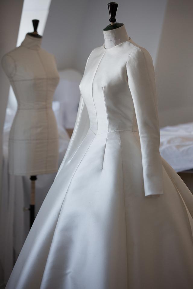 Thân váy được làm từ loại vải lụa Mikado cao cấp nhất. Chất liệu giúp chiếc váy vừa có nét cổ điển, vừa giữ được sự mềm mại, nữ tính.