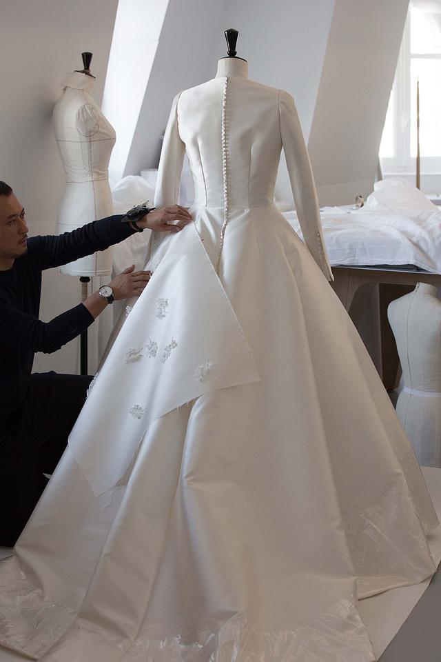 Từng chi tiết váy được giám đốc sáng tạo Maria Grazia Chiuri và các nghệ nhân số một của Dior chau chuốt.