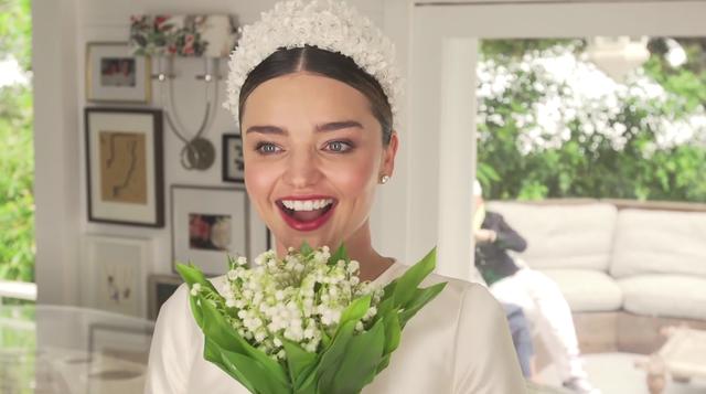 Cô dâu Miranda Kerr rạng ngời trong bộ váy cưới thiết kế bởi hãng thời trang Dior cao cấp.
