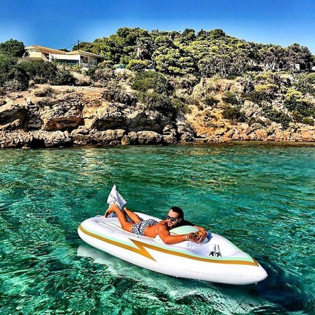 Doanh nhân trẻ tuổi thường xuyên đi du lịch và chia sẻ ảnh các trải nghiệm của mình lên Instagram. Trong hình là Emir trong một chuyến đi tới Vouliagméni, Hy Lạp.