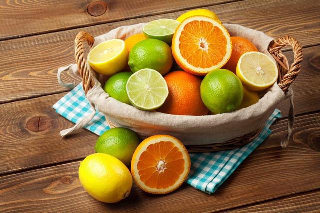 Ăn uống đầy đủ và bổ sung nhiều trái cây giàu vitamin C để nâng cao sức đề kháng.