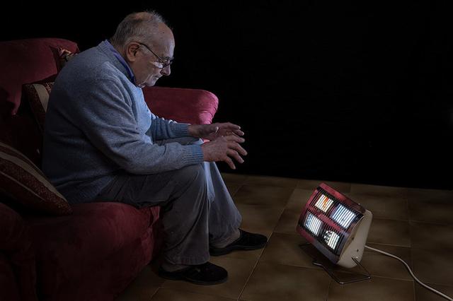 Người già cô đơn cũng mong mỏi một chút hơi ấm từ những chiếc điện thoại với mạng xã hội.
