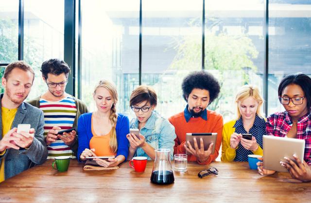 Người ta ngày càng dùng điện thoại, iPad nhiều hơn là nói chuyện với nhau.