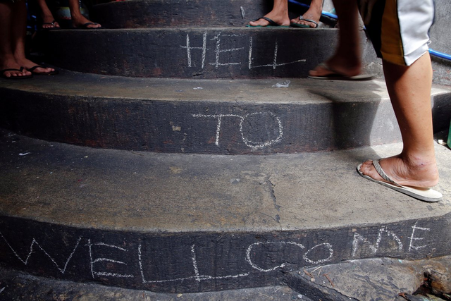 Chào mừng tới địa ngục - Dòng chữ đón chào các tù nhân mới được ghi ở bậc thang dẫn vào phòng giam ở nhà tù Quezon.
