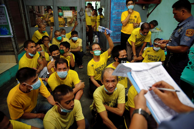 Các tù nhân điểm danh trước khi được đưa tới phiên điều trần tại Manila ngày 19/10/2016.