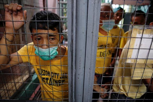 Nhiều người đang chờ đợi để được chuyển khỏi nhà từ Quezon.