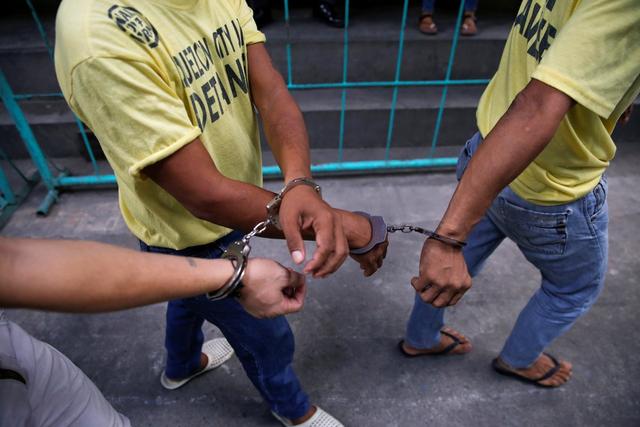 Các tù nhân tại Quezon được quản lý theo từng nhóm 4 người để đảm bảo giữ trật tự, an toàn. Cảnh sát còng chéo tay các tù nhân với nhau. Tuy nhiên, các vụ bạo loạn vẫn thường xuyên xảy ra. Cảnh sát phải đối thoại với các nhóm trưởng của từng phòng giam để hạn chế xung đột.