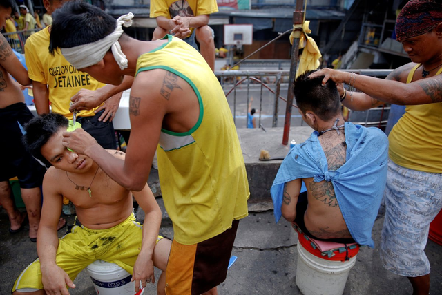 Các tù nhân đang tự cắt tóc cho nhau.