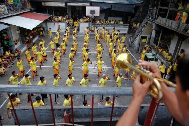 Các tù nhân ở Quezon trong giờ tập thể dục buổi sáng.
