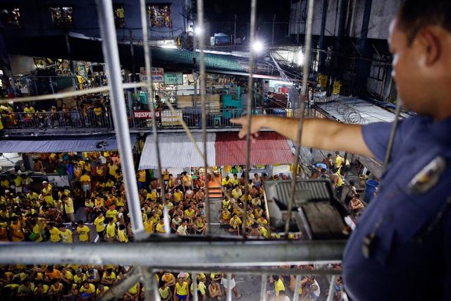 Một số ngủ cả ngày, đến nhà cầu nguyện hoặc chỉ chờ đợi đến đến lượt sử dụng 1 trong 24 nhà vệ sinh ở nhà ngục Quezon. Các tù nhân có thể được bảo lãnh, nhưng rất ít trong số họ có đủ tiền để chi trả phí bảo lãnh. Số lượng tù nhân ở đây tăng vọt do cơ chế pháp luật chậm chạp.