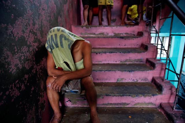 Nhà tù Quezon là địa ngục cả về tinh thần và thể chất. Tôi thực sử đã dụng ma túy. Nhưng nếu có thể ra khỏi đây, tôi sẽ làm bất cứ điều gì để thay đổi cuộc sống của mình, Dennis Charles Ledda, một tù nhân 29 tuổi thường xuyên chịu cảnh ngủ dưới gần giường chật hẹp nói với phóng viên Reuters.