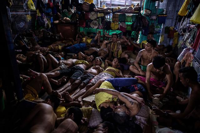 Không gian chật hẹp, các tù nhân nằm, ngồi chồng chéo lên nhau.