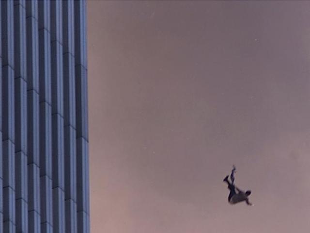 Khoảnh khắc một người đàn ông nhảy khỏi cửa sổ tòa tháp Trung tâm thương mại thế giới trong ngày 11/9.