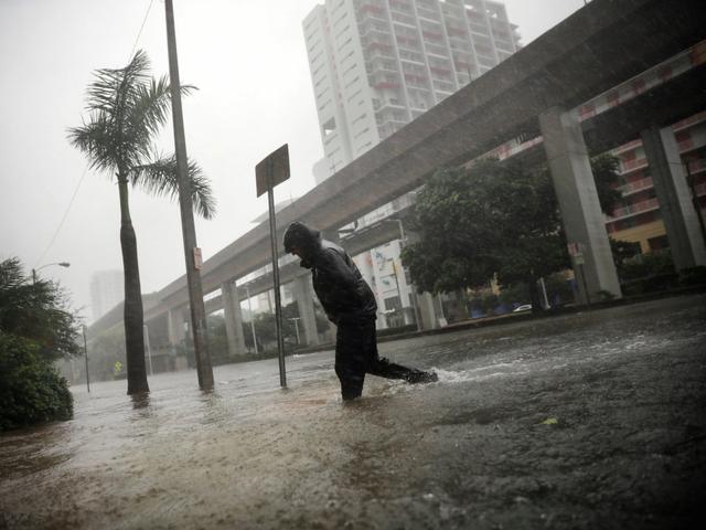 Cơn bão dữ dội nhất vào hôm chủ nhật. Thành phố Maiami chìm trong biển nước.
