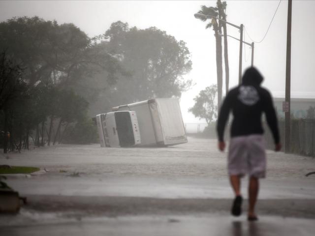 Gió mạnh đến nỗi có thể lật ngược cả những chiếc xe tải hạng nặng.
